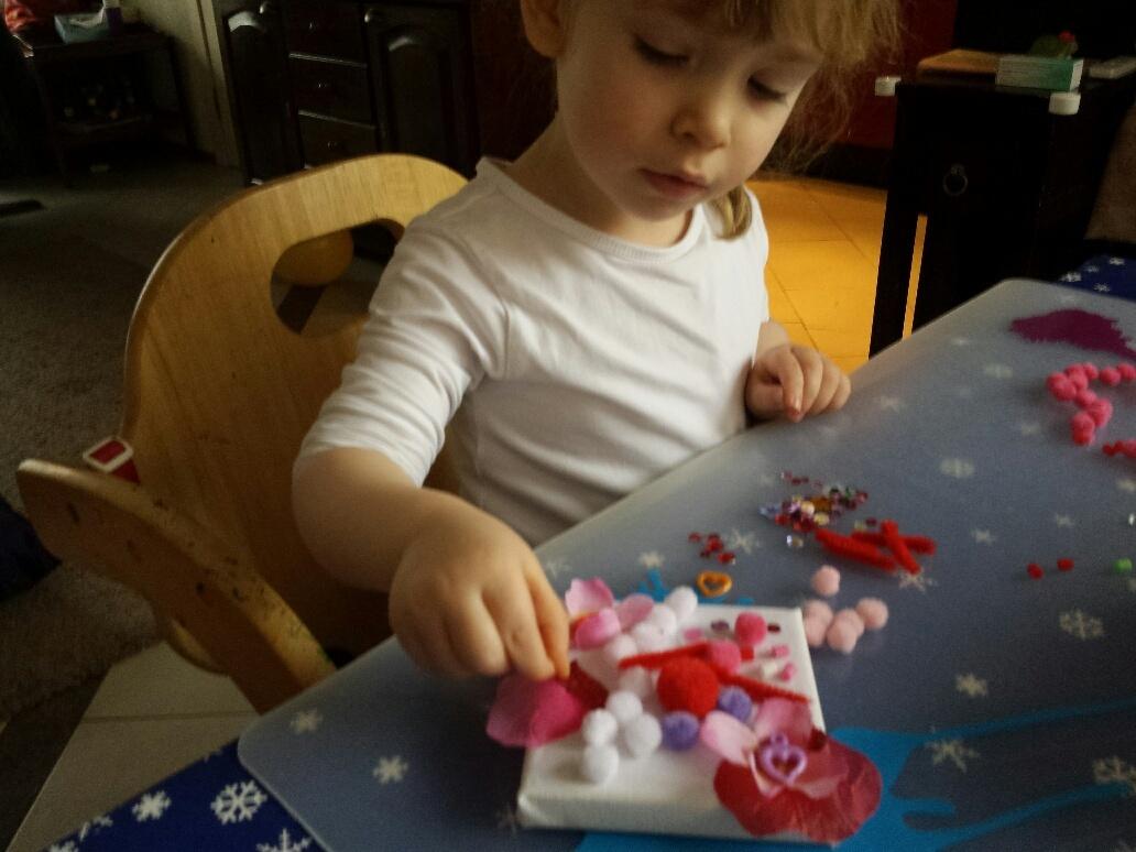 kind knutselt voor valentijnsdag