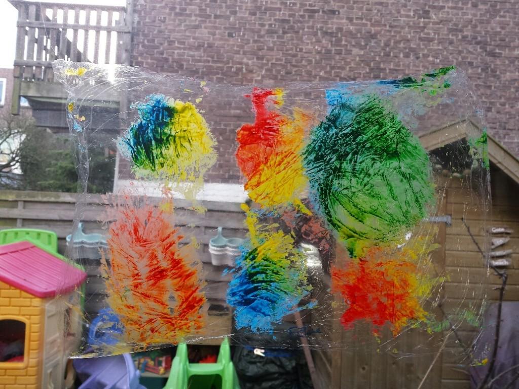 raamkunst peuter Fantasie en expressie met verf op huishoudfolie