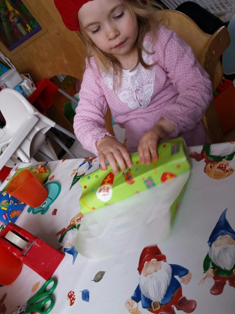 cadeautjes inpakken door peuter