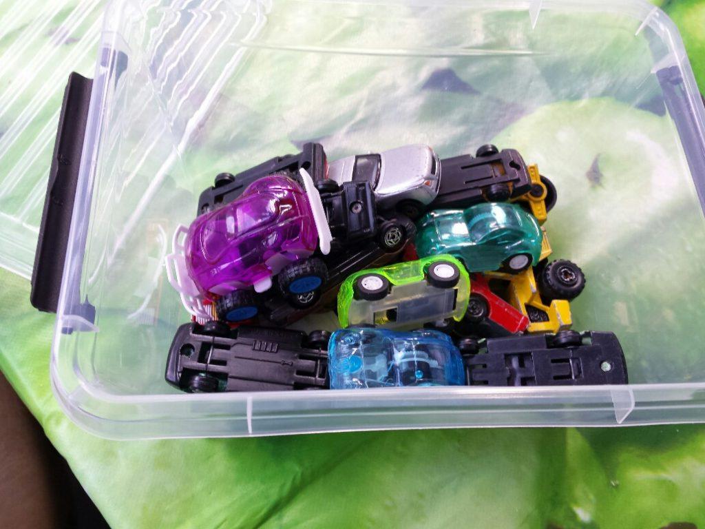 spelen met kleine autotjes busy box