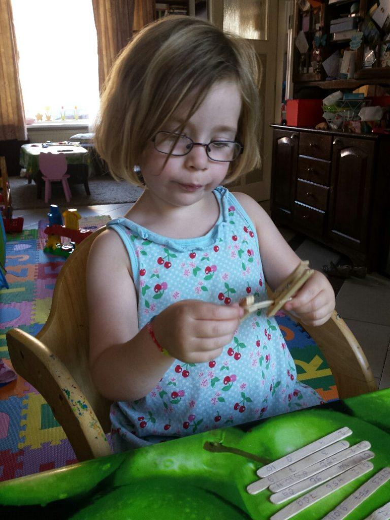 busy bag telrij met ijsstokjes en wasknijpers