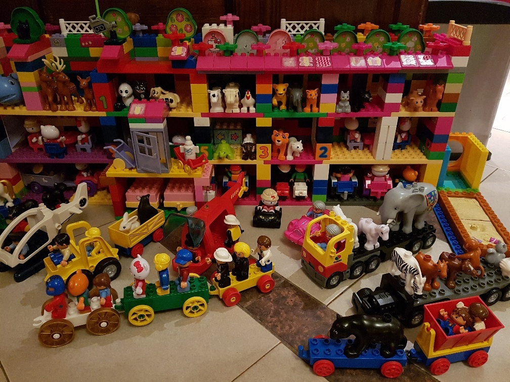 duplo huis met voertuigen en dieren en poppen