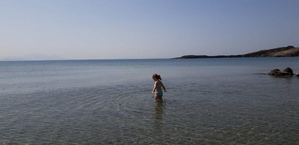 meisje in het water op Kos eiland