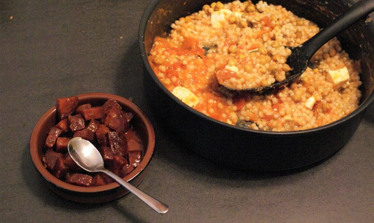 Parelcouscous met kikkererwten tomaat en chorizo