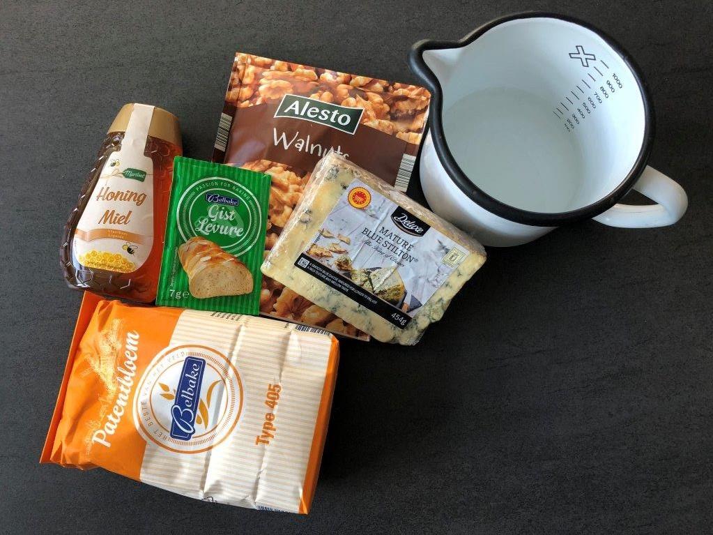 ingredienten walnotenbrood met blauwe kaas en honing