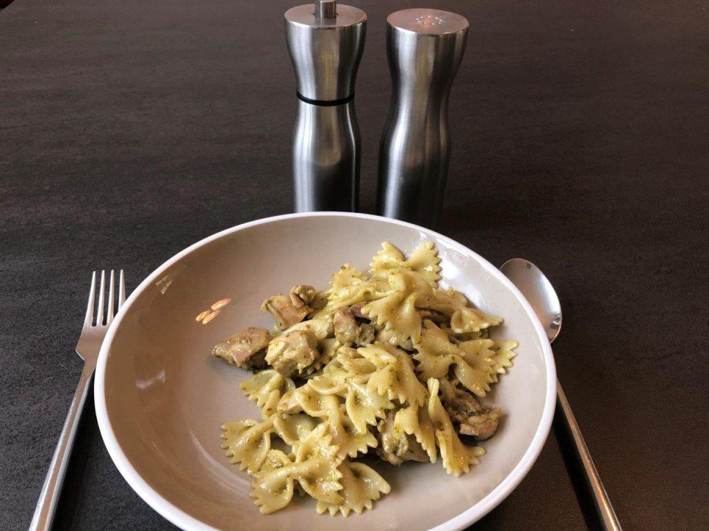 pasta met pesto en kip