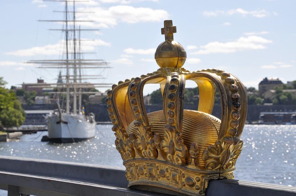skeppsholmsbron met gouden kroon in kindvriendelijk Stockholm