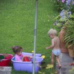 kindvriendelijke tuin met parasol