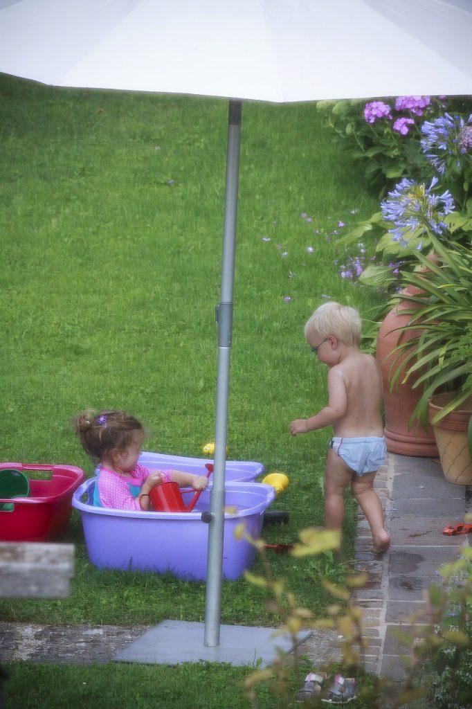 Een kindvriendelijke tuin spelen met water met parasol