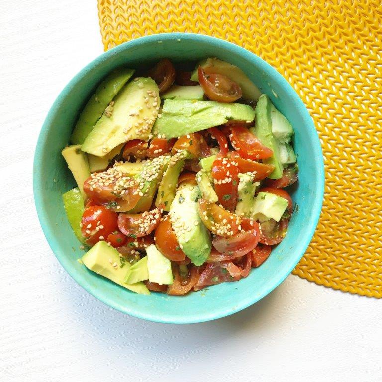 avocado met tomaat sesam en olijfolie