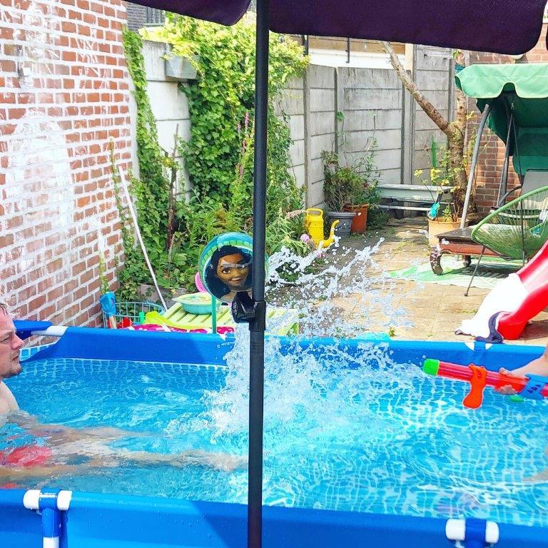 spelen in intex zwembad zomer 2020 verkoelende plons in de tuin