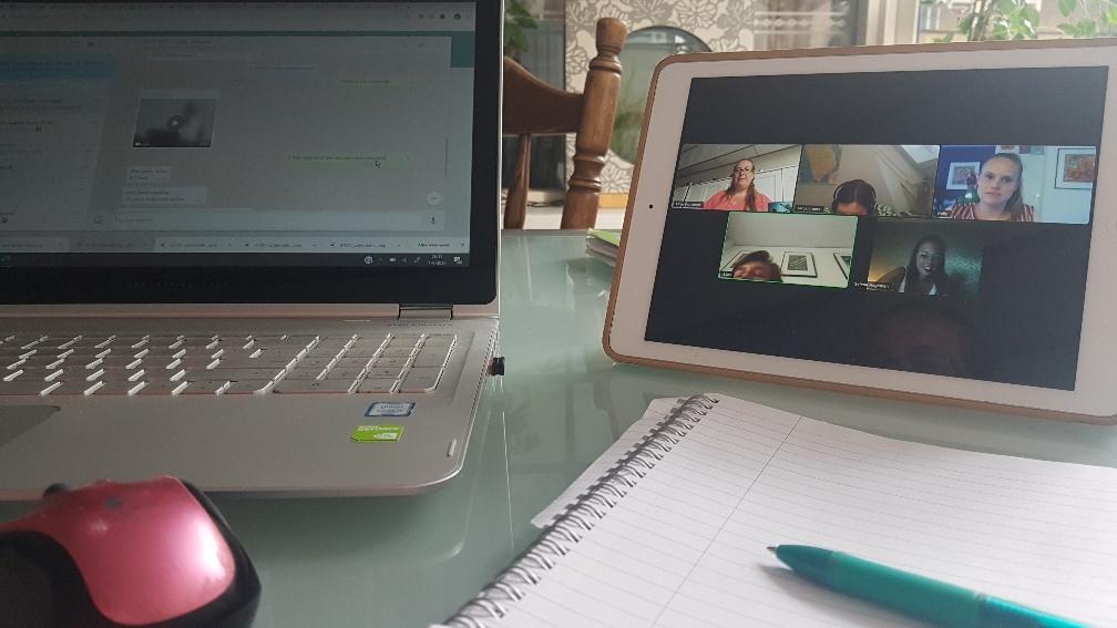escape room online laptop, zoom en pen en papier