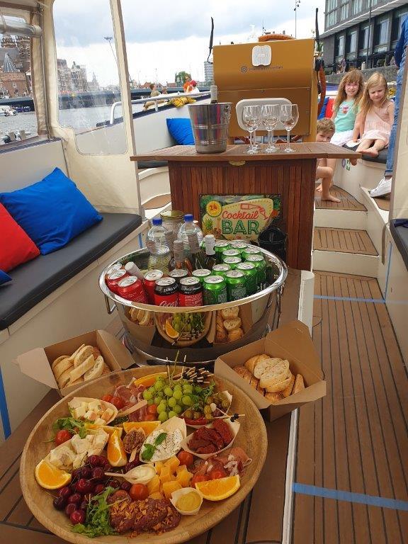 luxe hapjesschaal en open bar starboard boats