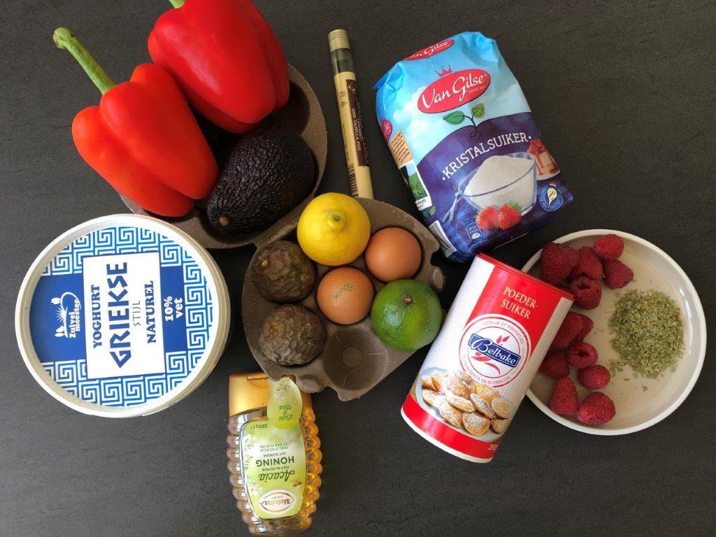 Ingredienten Frambozen, gevuld met zoete avocadomousse, dragon, gepofte rode paprika en meringue.