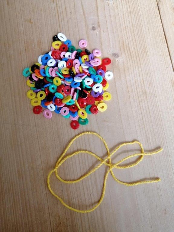knutselen voor de zomer armbandje maken van strijkkralen