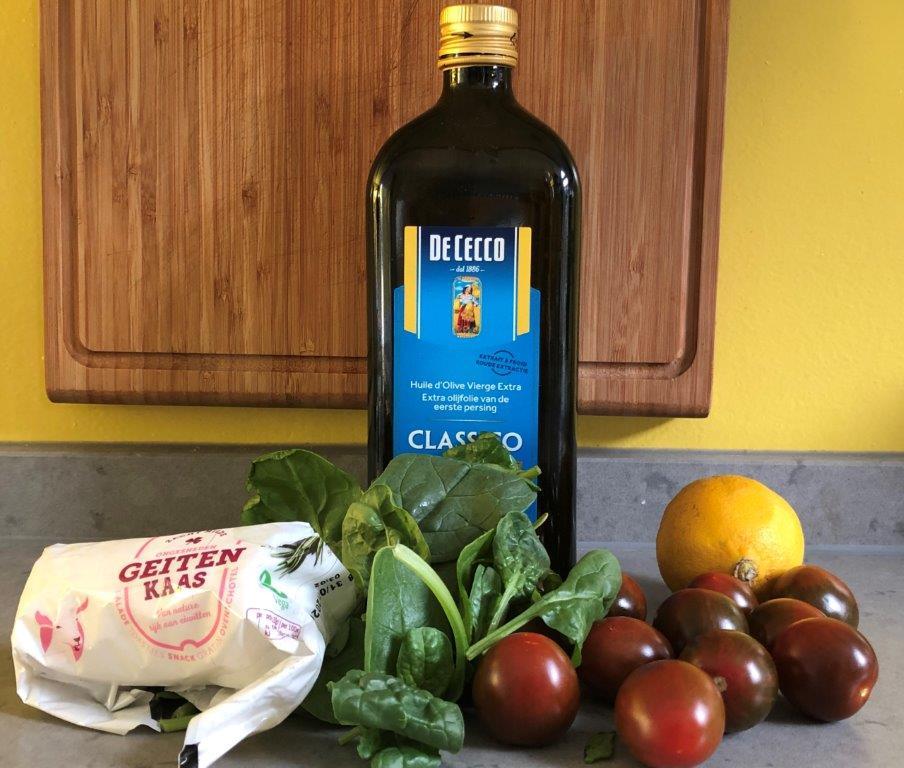 Spinazie, pijnboompitten, pompoenpitten, tomaatjes en geitenkaas salade