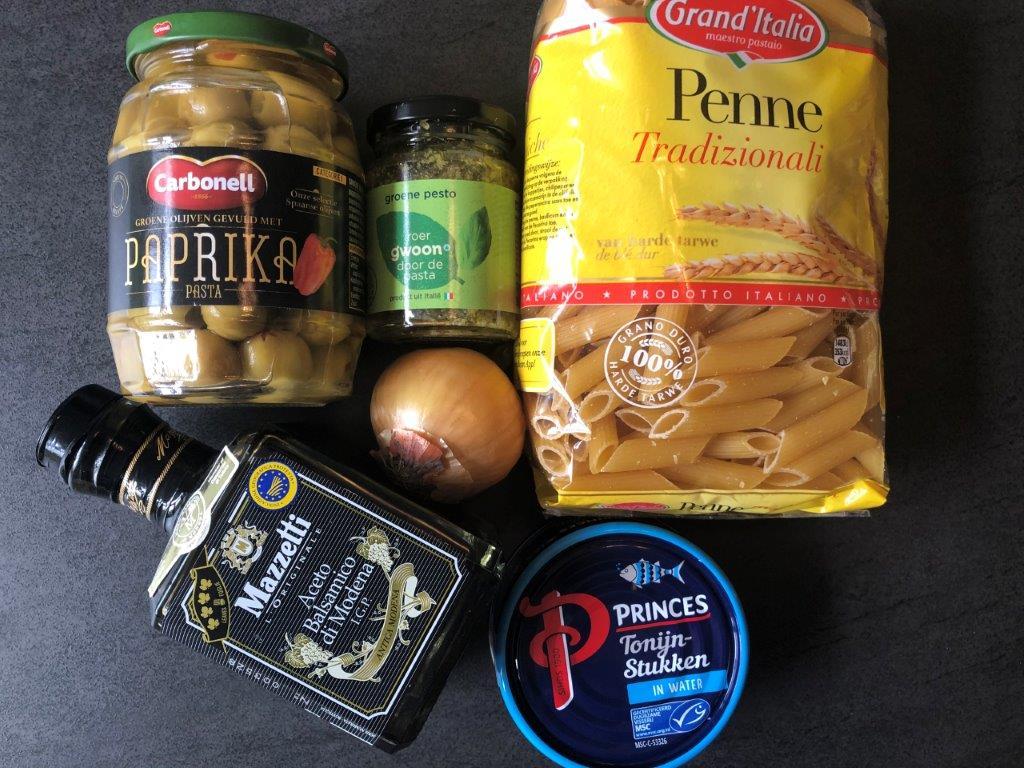 Pasta met tonijn, pesto en paprika-olijven