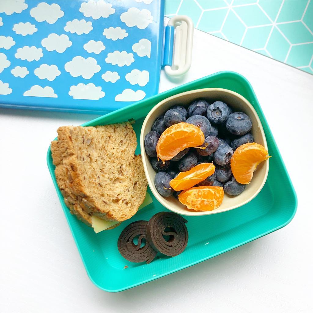 blauwe bessen en mandarijn