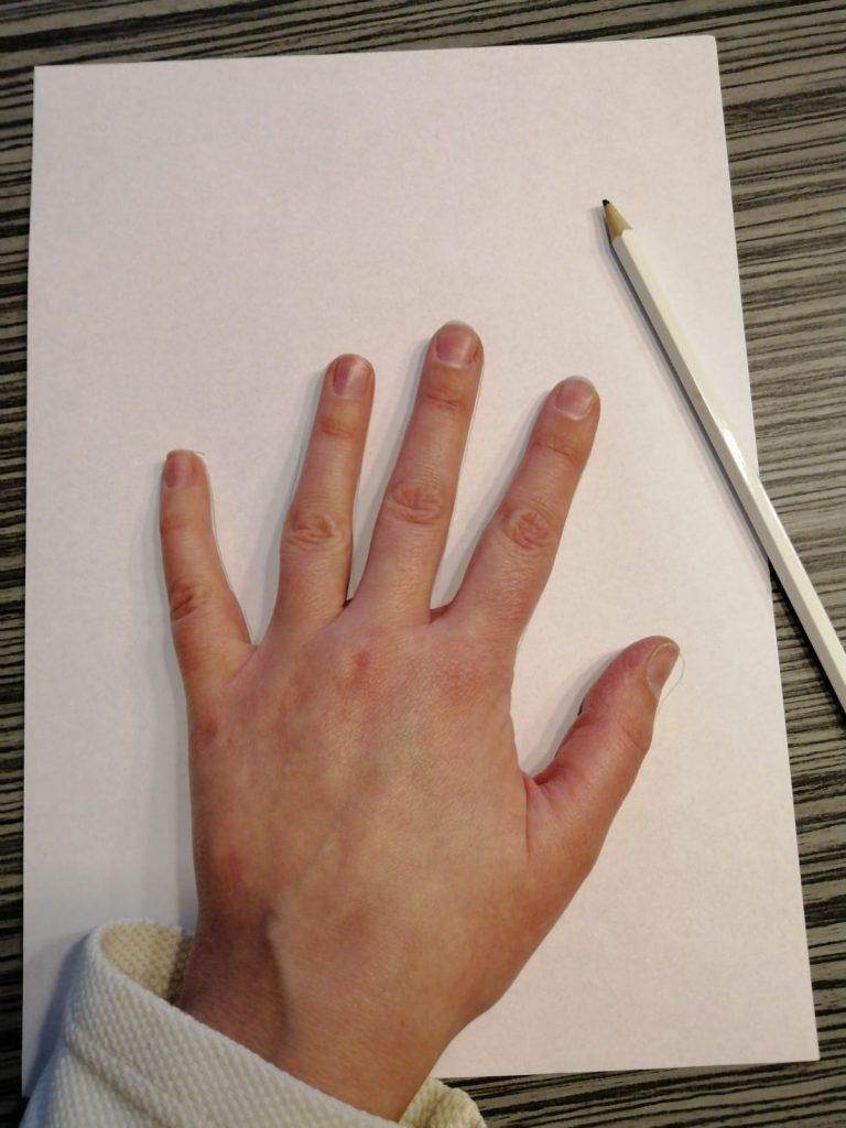 hand op wit papier