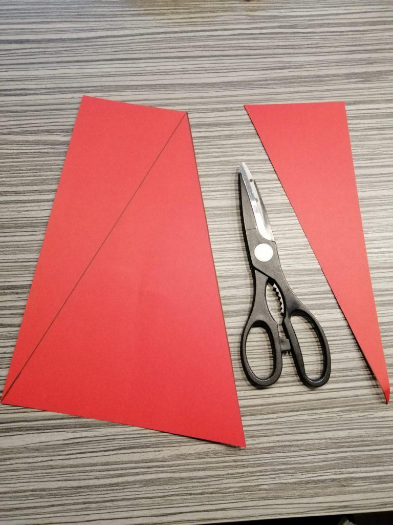 rood papier driehoek schaar