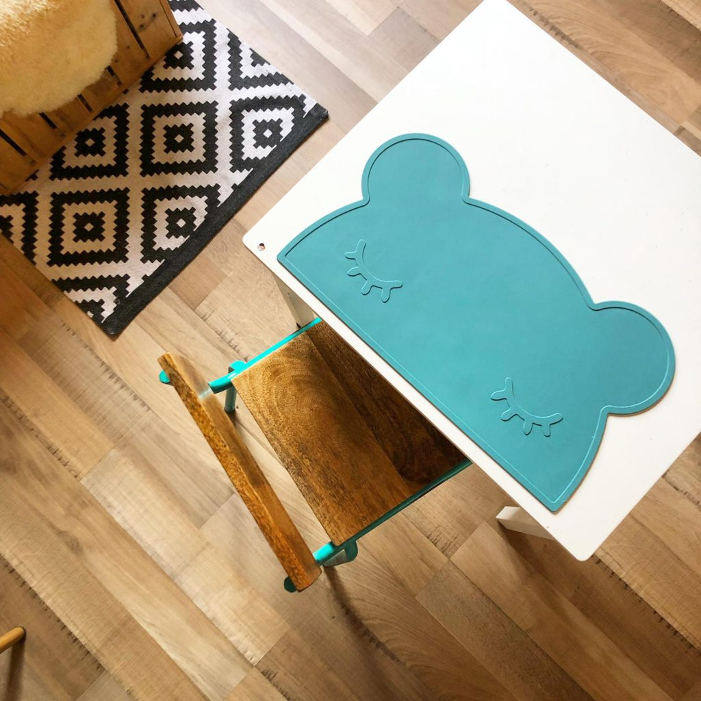 eigen tafeltje op de kamer