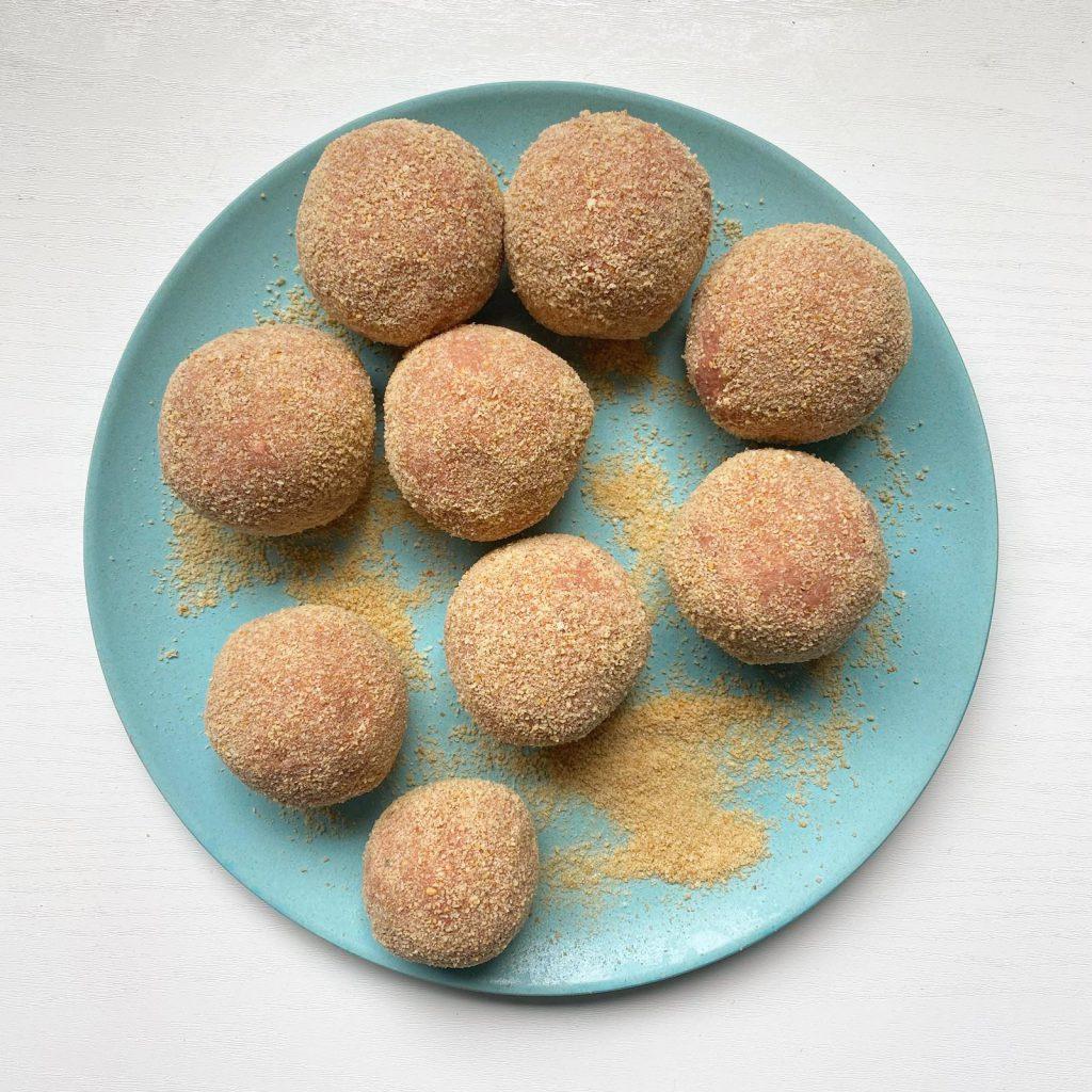 gehaktballen maken met ei en paneermeel